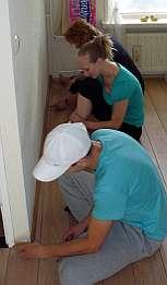 Linda, Daniël en Caitlin gezamelijk aan het werk